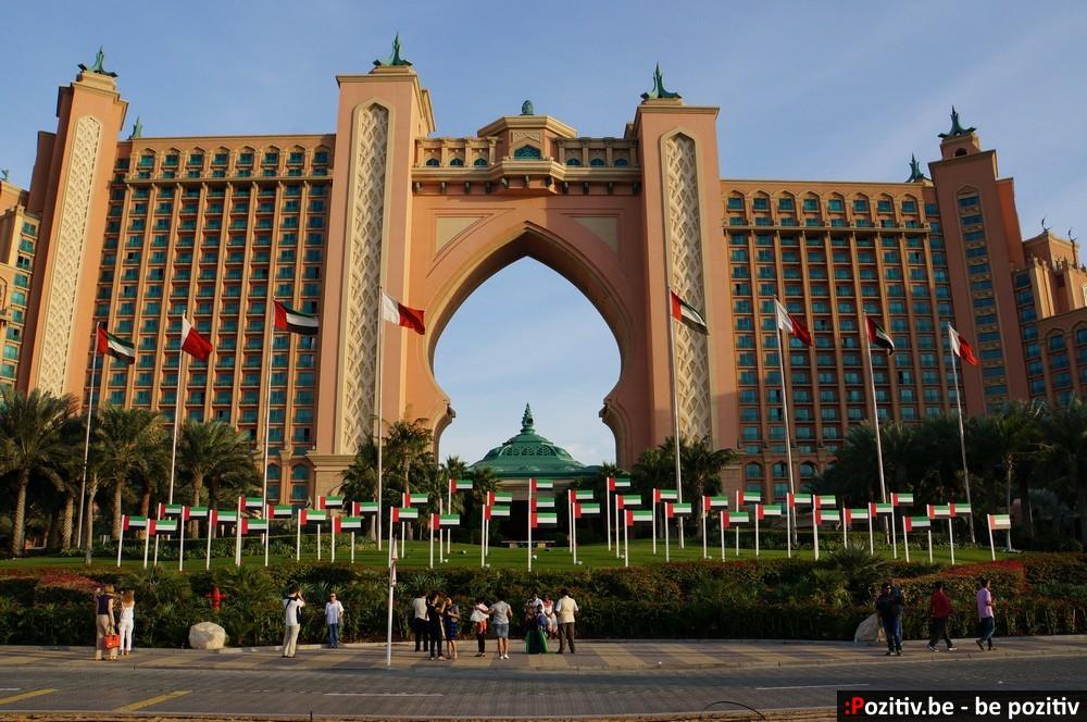 Флаги на фоне Emirates Palace