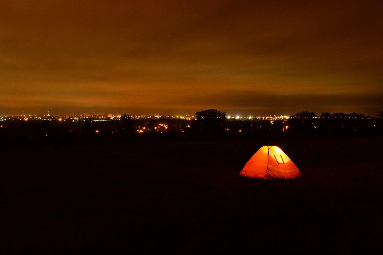Ночёвка в палатке с панорамным видом на ночной Харьков