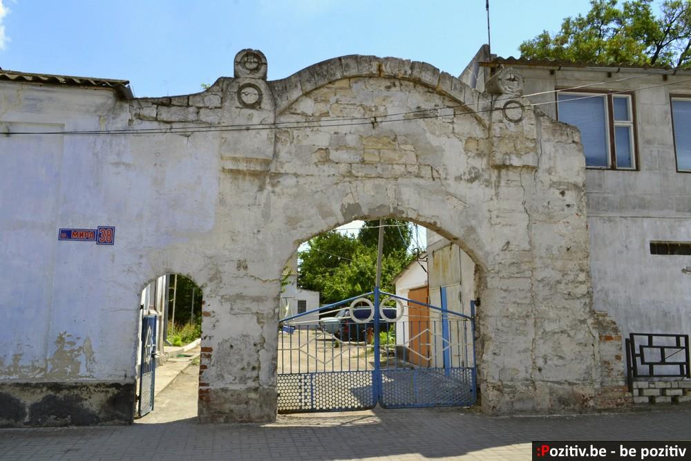 Геническ, арка