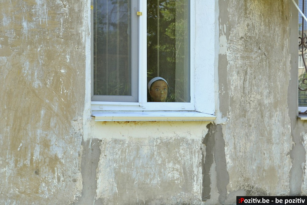 Геническ, голова в окне