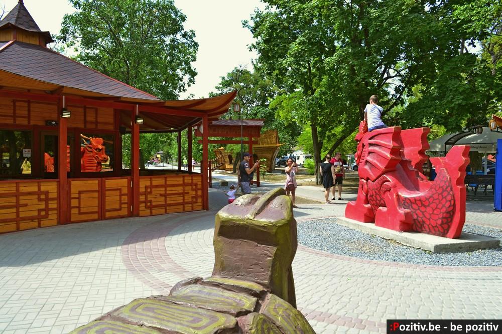 Геническ, проспект Мира, скульптуры, Красный дракон