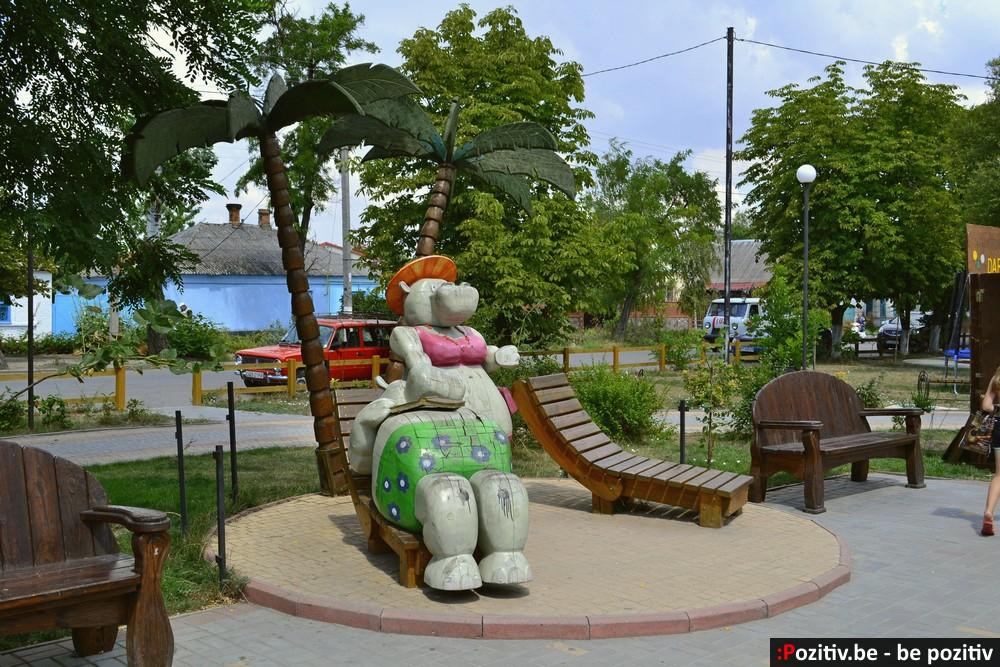 Геническ, проспект Мира, скульптуры, бегемоты