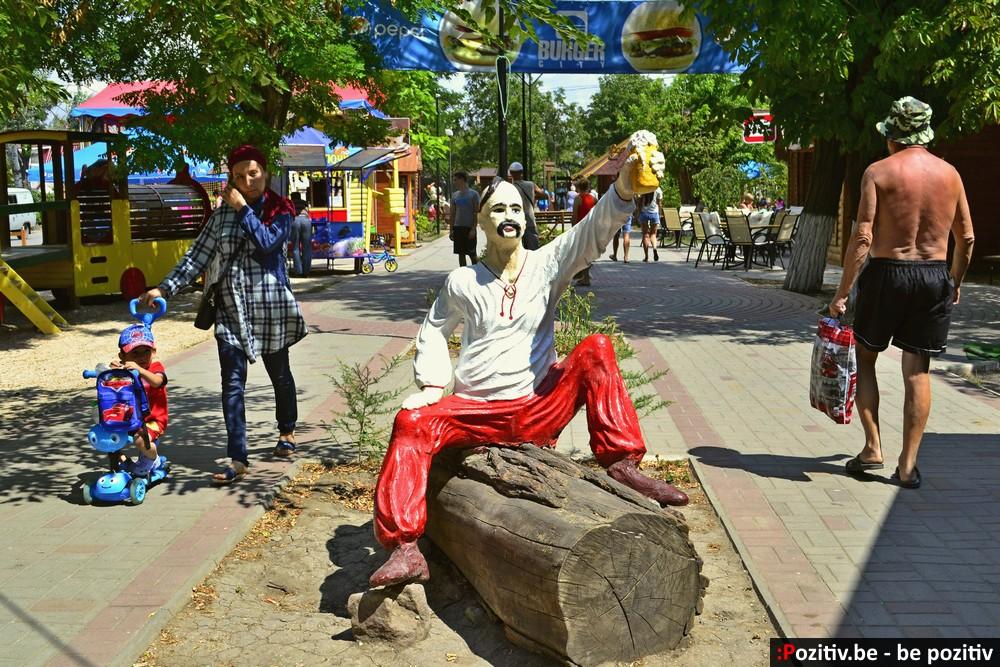 Геническ, проспект Мира, скульптуры, козак