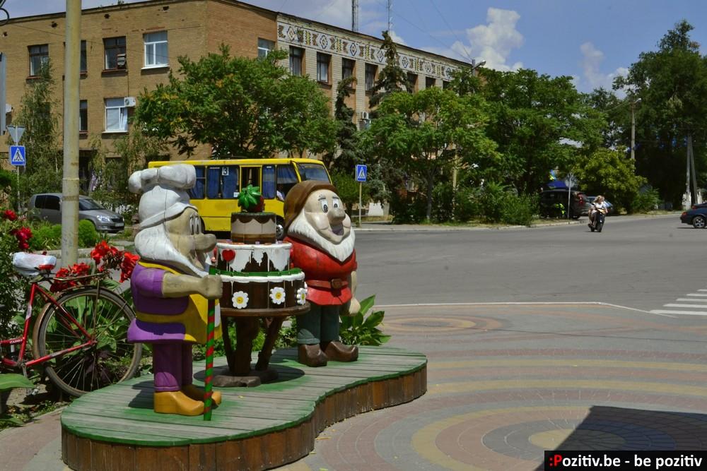 Геническ, проспект Мира, скульптуры